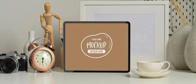 Vista ravvicinata della moderna stanza ufficio con mock up tablet, tazza di caffè e forniture per ufficio