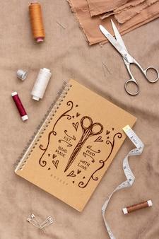 Vista superior de accesorios de costura con maqueta