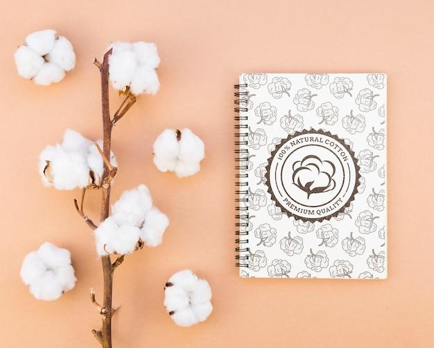 Vista superior de algodón de calidad con bloc de notas