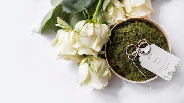 Vista superior de los anillos de boda con guardar la etiqueta de fecha