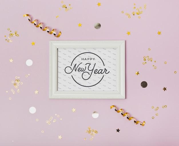 Vista superior año nuevo letras minimalistas en marco blanco
