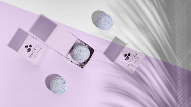 Vista superior arreglo de bombas de baño púrpura