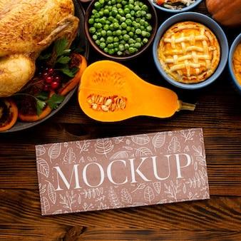 Vista superior del arreglo de comida de acción de gracias