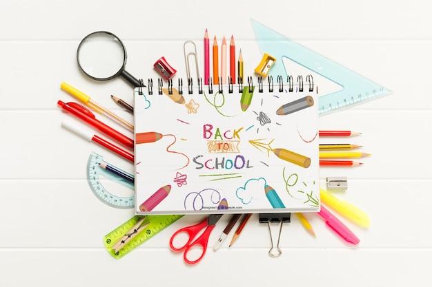 Vista superior arreglo escolar con crayones