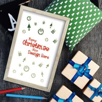 Vista superior de artículos decorativos de maqueta navideña.