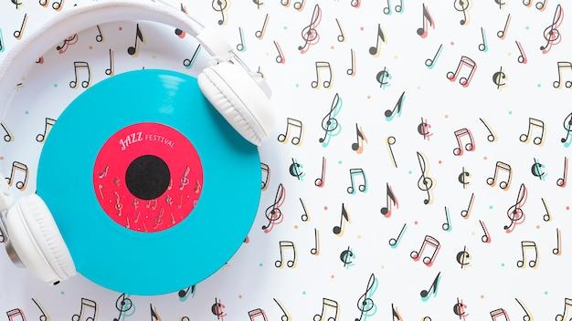 Vista superior de auriculares con concepto de música