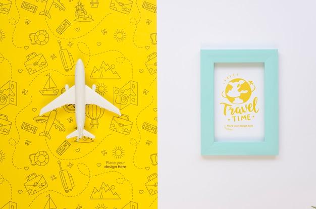 Vista superior de avión de viaje y marco de vacaciones