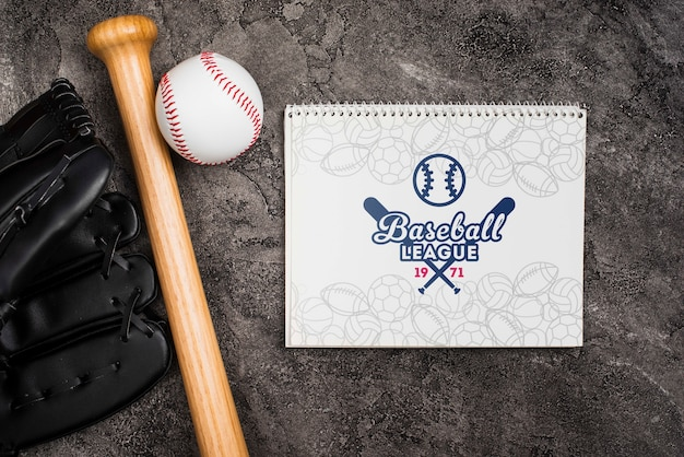 Vista superior bate de béisbol con guante y pelota