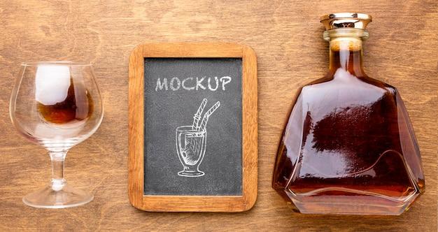 Vista superior de bebidas alcohólicas con maqueta de pizarra