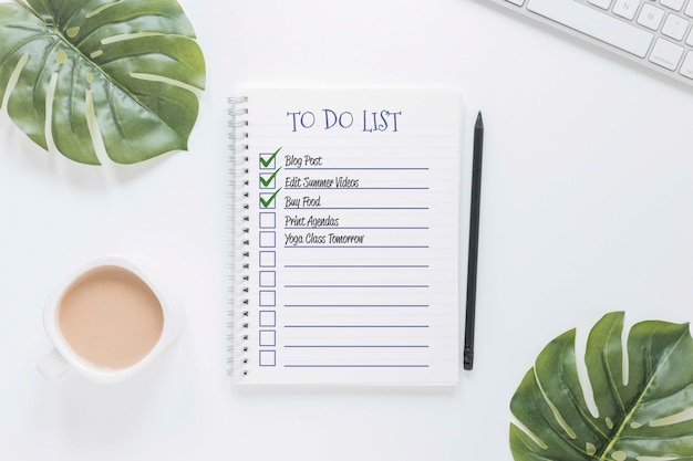 Vista superior del bloc de notas con lista de tareas