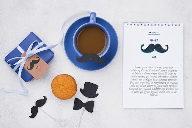 Vista superior del bloc de notas con regalo y café para el día del padre