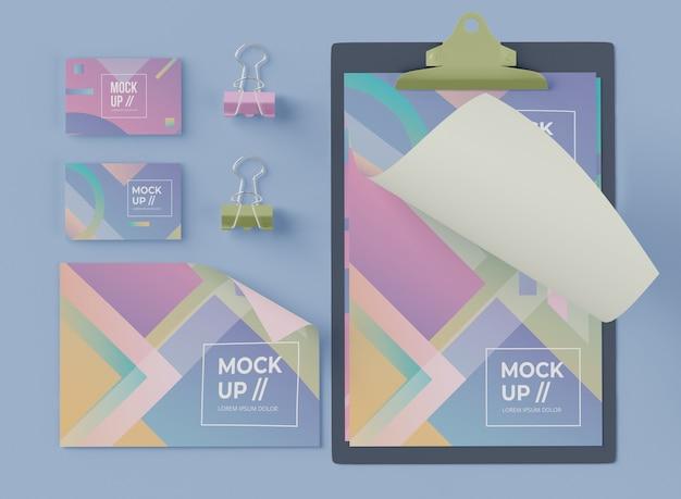 Vista superior del bloc de notas con tarjeta y clips