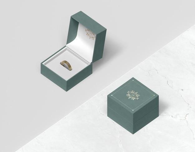 Vista superior caja de regalo con tapa y anillo dentro