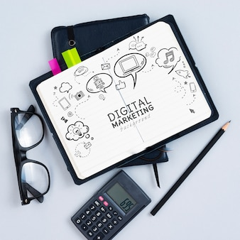 Vista superior de calculadora y cuaderno
