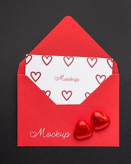 Vista superior de la carta de maqueta del día de san valentín con caramelos
