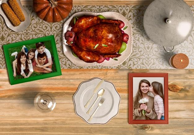Vista superior de la cena de acción de gracias con maqueta de marco