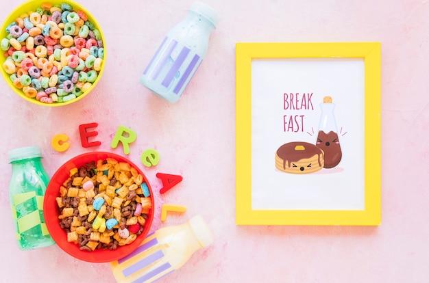 Vista superior de cereales coloridos y marco sobre fondo liso