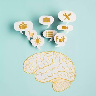 Vista superior del cerebro de papel con pensamientos