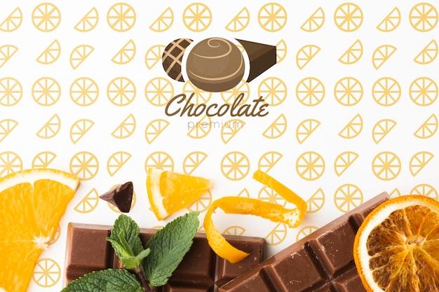 Vista superior de chocolate con maqueta de papel tapiz naranja