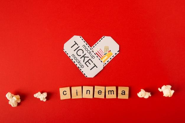 Vista superior cine scrabble letras y palomitas de maíz