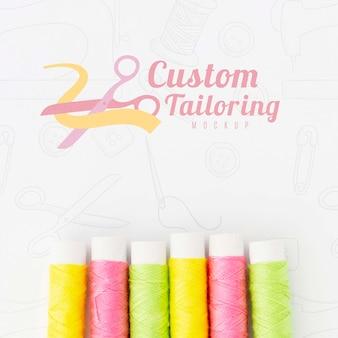Vista superior colección de hilo de coser con maqueta
