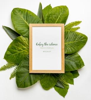 Vista superior colección de hojas verdes con maqueta