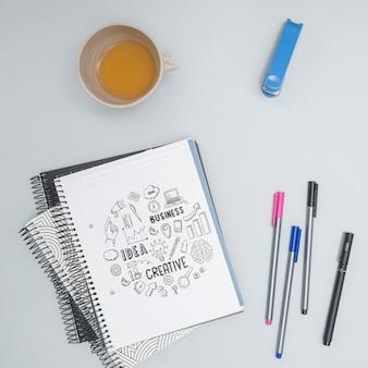 Vista superior coloridos bolígrafos con letras