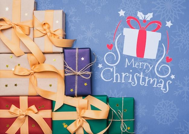 Vista superior de coloridos maquetas de regalos de navidad