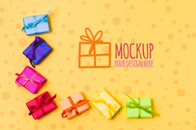 Vista superior de coloridos regalos con espacio de copia