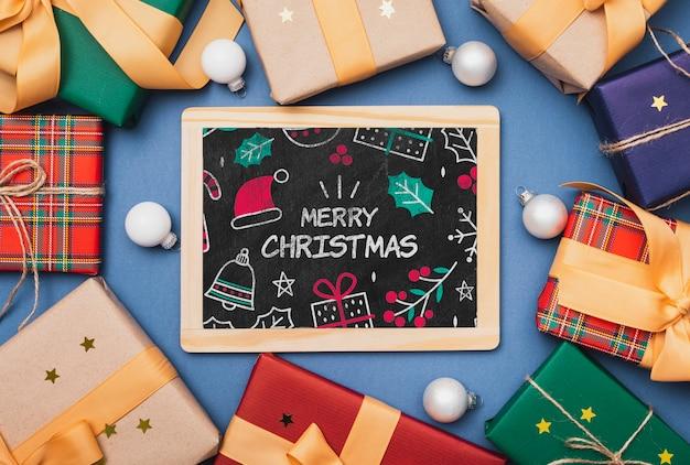 Vista superior de coloridos regalos y pizarra