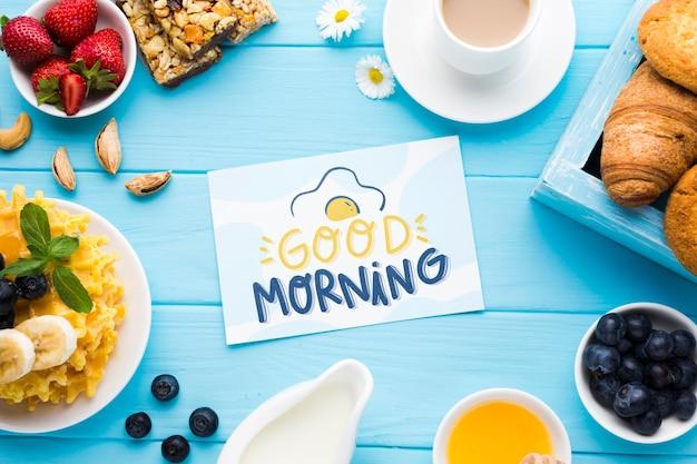 Vista superior de la comida del desayuno con gofres y cruasanes
