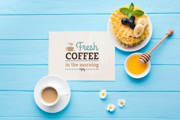 Vista superior de la comida del desayuno con miel y gofres