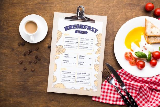 Vista superior de la comida del desayuno con tostadas y huevos