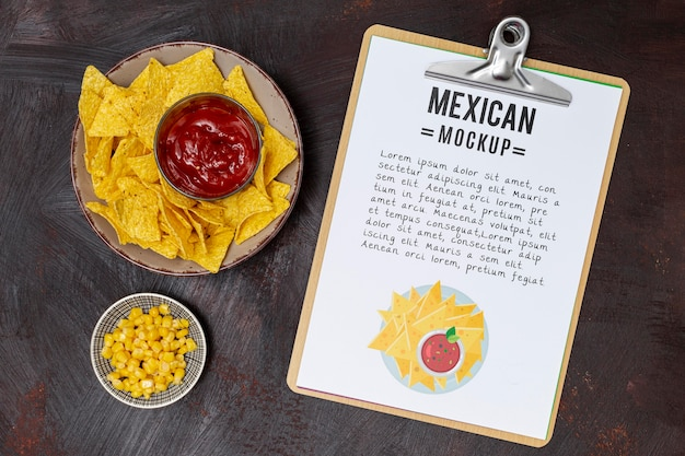 Vista superior de la comida del restaurante mexicano con maíz y nachos