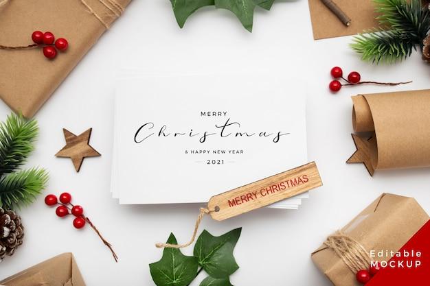 Vista superior de la composición navideña con caja de regalo