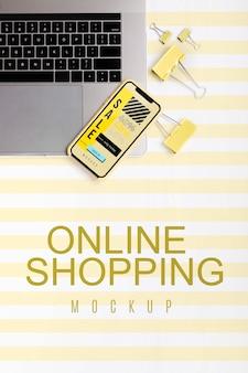Vista superior de compras en línea en una computadora portátil y móvil