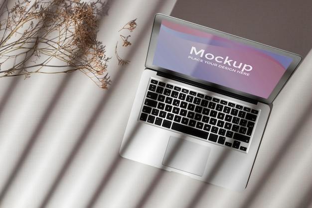 Vista superior de la computadora portátil abierta con maqueta de pantalla con sombras