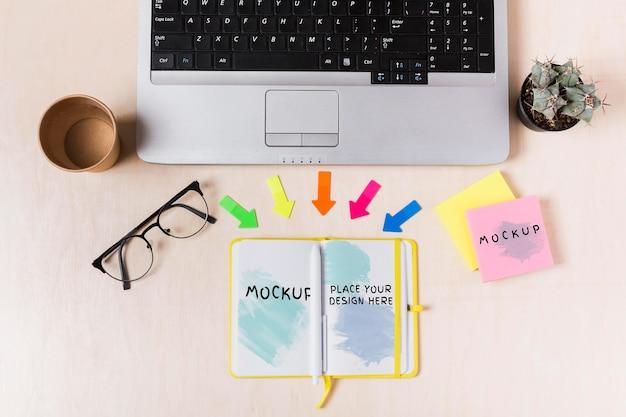 Vista superior del concepto de escritorio con maqueta de agenda