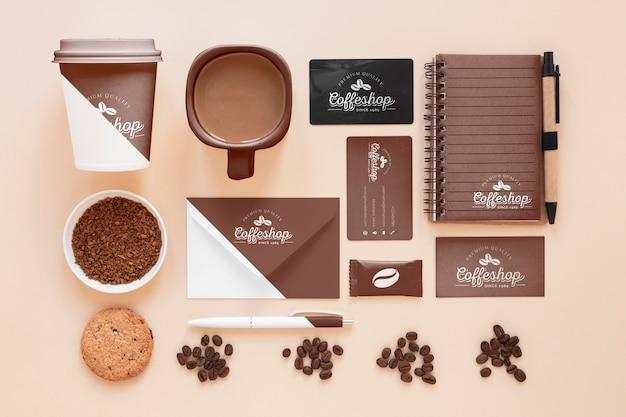Vista superior del concepto de marca de café con frijoles