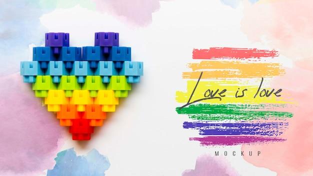 Vista superior del corazón de color arco iris con mensaje