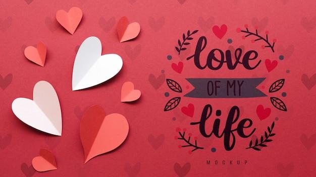 Vista superior de corazones de papel con mensaje de amor