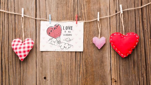 Vista superior de corazones sobre fondo de madera