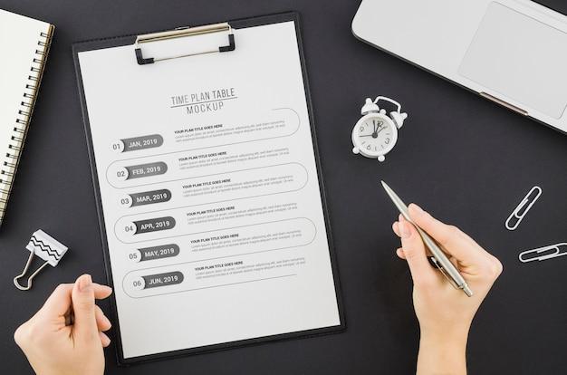 Vista superior del cronograma del plan de tiempo con maqueta
