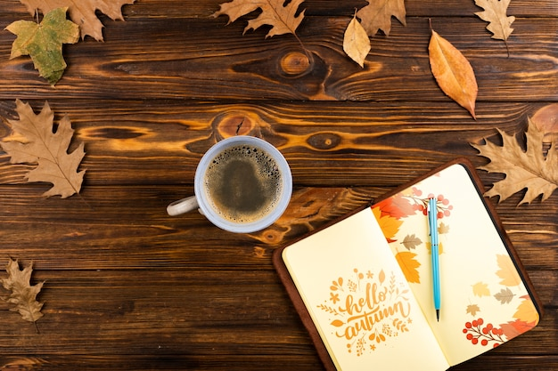 Vista superior cuaderno abierto con arreglo de café