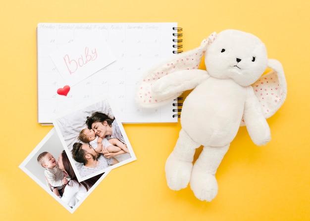 Vista superior del cuaderno con conejito y fotos