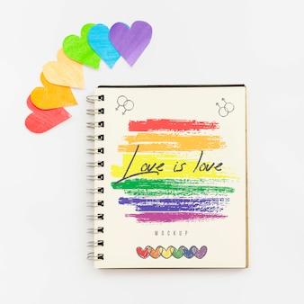 Vista superior del cuaderno con corazones de colores del arco iris para el orgullo lgbt