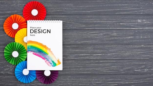 Vista superior del cuaderno con rosetas de colores