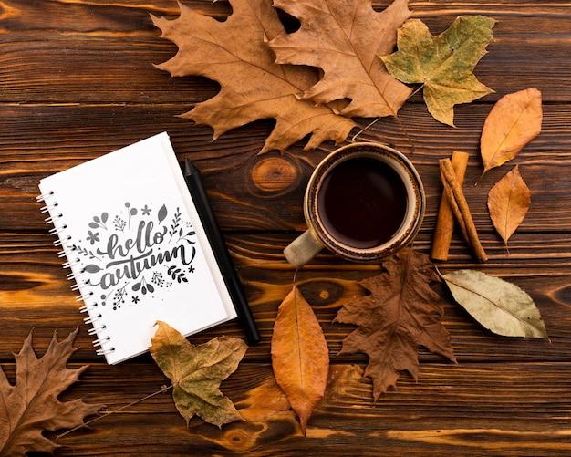 Vista superior cuaderno y taza de café sobre fondo de madera