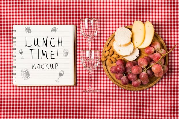 Vista superior del cuaderno con vasos y comida para picnic