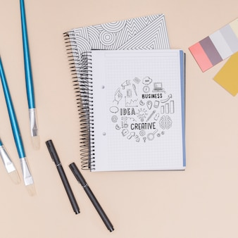 Vista superior cuadernos con lápices